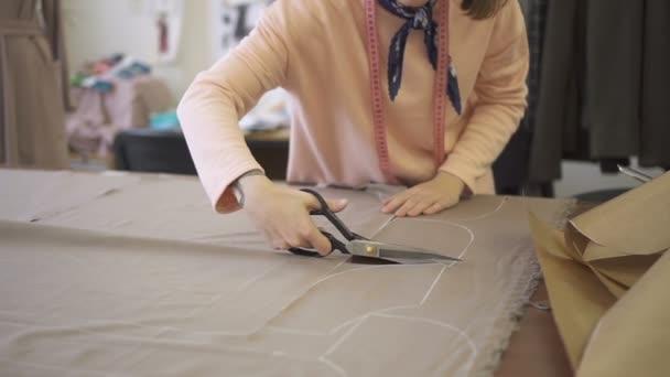 Tavolo Da Lavoro Per Sartoria : Giovane donna in piedi piegando il tavolo in studio sartoria e