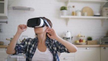 Virtual Reality Keuken : Schattige kleine baby gebruikt een virtual reality bril in de