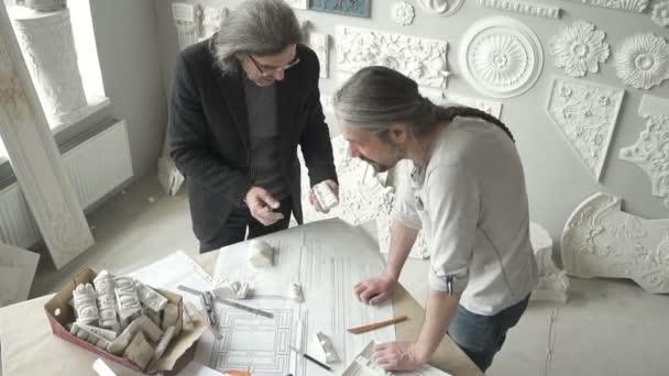 Zwei Architekten Restauratoren Arbeiten Mit Kreativen Projekt Stehen