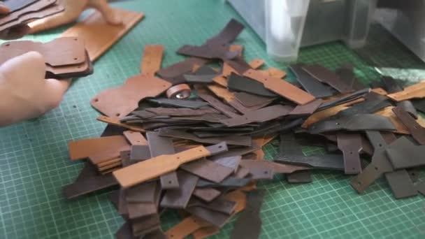 Rukou řemeslníků počítání šrouby podrobnosti ve studiu