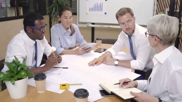 Chefarchitekt überprüft Arbeit der Ingenieurgruppe.