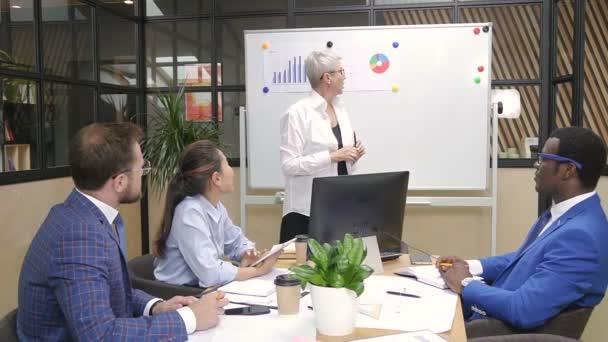 Női szakmai vezető eligazítás, modern irodában.