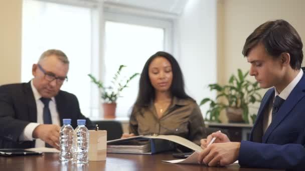 Donna di affari e colleghi di avvocato sono firmare contratto e accordo sul posto di lavoro.