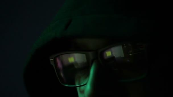 pracovní brýle mladých hackerů muž programátor v jeho černé digitální podnikání