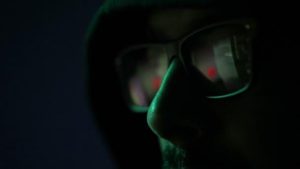 americký hacker tvář brýle v černém pozadí