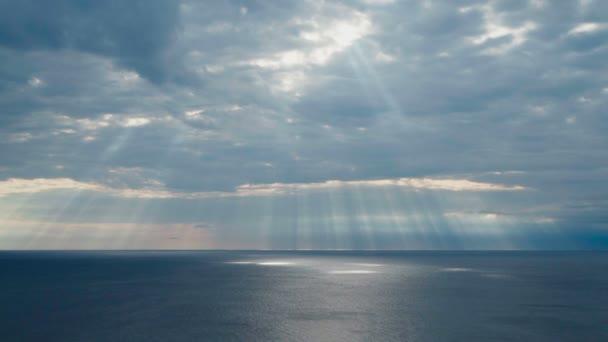 Timelapse u Jaderského moře v Chorvatsku. Krásná příroda a krajina video z linie pobřeží Dalmácie. Zamračená obloha a příjemné sluneční paprsky udeří povrch vody. Krásné venkovní barevné podzimní den.