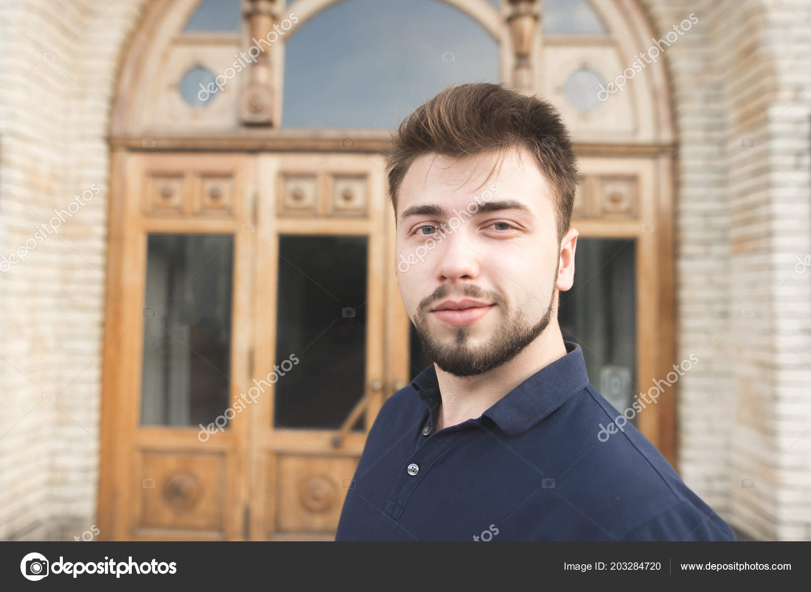 Retrato Homem Lindo Com Barba Fundo Porta Universidade