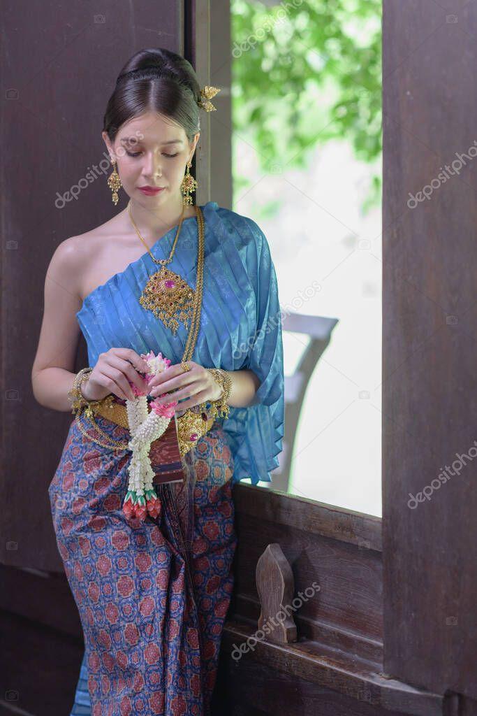 https://st4.depositphotos.com/11338500/41716/i/950/depositphotos_417165794-stock-photo-portrait-thai-model-thai-period.jpg