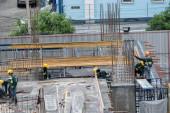 Letecký pohled na rušné průmyslové staveniště pracovníků v ČR