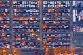 Luftaufnahme von Containerschiffen im Export und Import