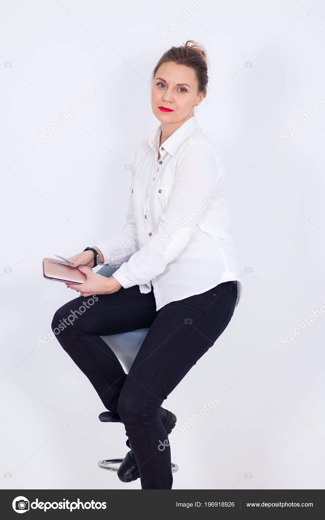 241ebfc407 Ritratto di visagista femmina attraente in camicia bianca e pantaloni neri  con sensuali labbra rosse Holding pinzette per sopracciglia sulle sue mani e  ...
