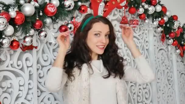 Sexy Brünette in einem Hirsch Kostüm. Karneval Hirsch Hörner, Weihnachten Karneval, Weihnachten Witz
