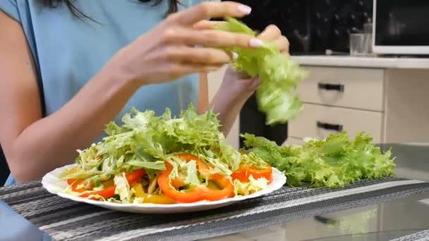 Zelená veganské snídaně jídlo v misce s zelí, žluté a červené papriky. Čisté jídlo, diety, vegetariánské jídlo koncept