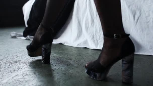 Sexy nohy krásné dívky v punčochách. Žena Svlékání, šaty padají. Filmový pohled