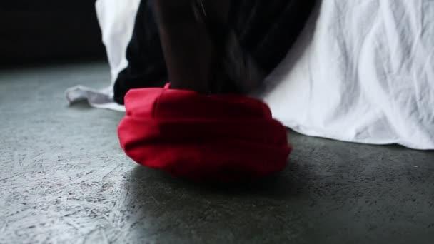 sexy Beine eines schönen Mädchens in Strümpfen. Frau zieht sich aus, Kleid fällt runter. Filmischer Blick