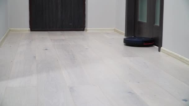 Robotické vysavače na laminátovou dřevěnou podlahu. Inteligentní technologie čištění. Vysavače, úklid apartmánu