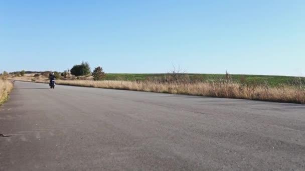 Motocyklista jede na dálnici. Jízdy na motorce