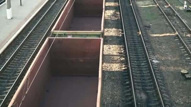 Szállítási és logisztikai háttér. Üres tehervagonok a vonaton teherszállítás platformján