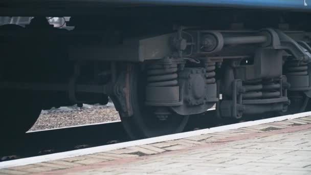 Vlak přijíždí na nástupiště stanice. Transportní a logistické zázemí. Uzavření kol