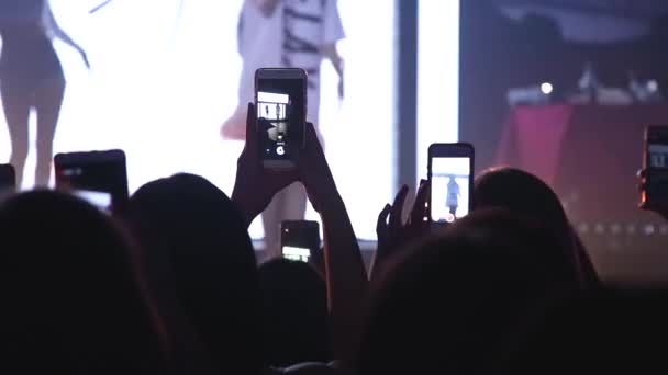 Publikum s rukama nad hudebním festivalem. Silueta lidí v davu s rukama nad tancem