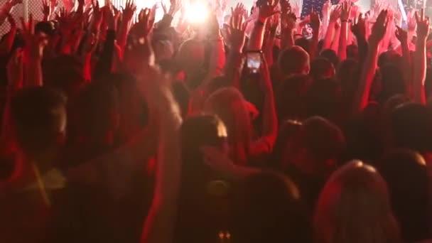 Publikum s rukama nad hudebním festivalem. Koncertní davy na festival živé hudby