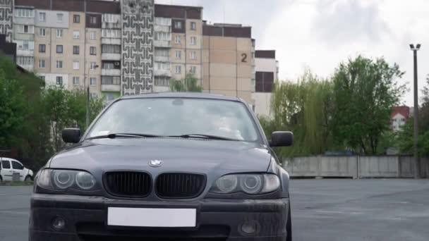 Ternopil, Ucraina - 10 maggio 2019: Colpo al rallentatore di auto alla deriva