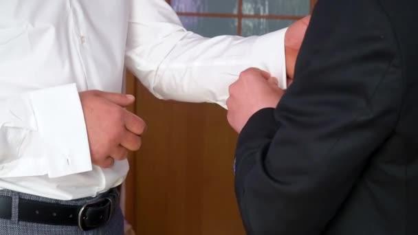 Két meleg ruhát fel az esküvő előtt. Öltözött férfi. Férfi gombolta ing