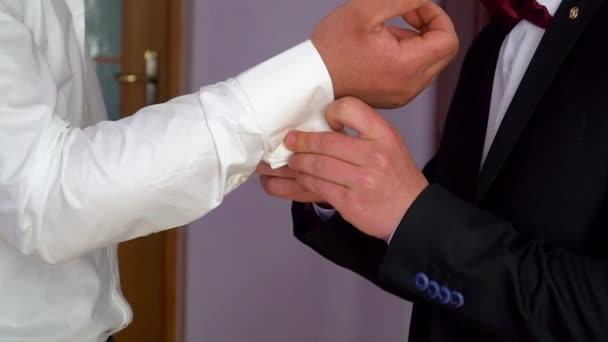 Zwei Homosexuelle verkleiden sich vor der Hochzeit. bekleideter Mann