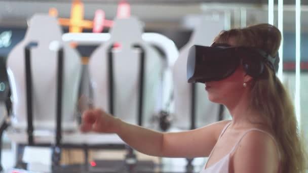 Fiatal lány virtuális valóság szemüveg flips virtuális oldalak függőlegesen