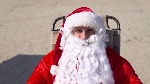 Legrační Santa Claus na pobřeží. Vánoce v tropech