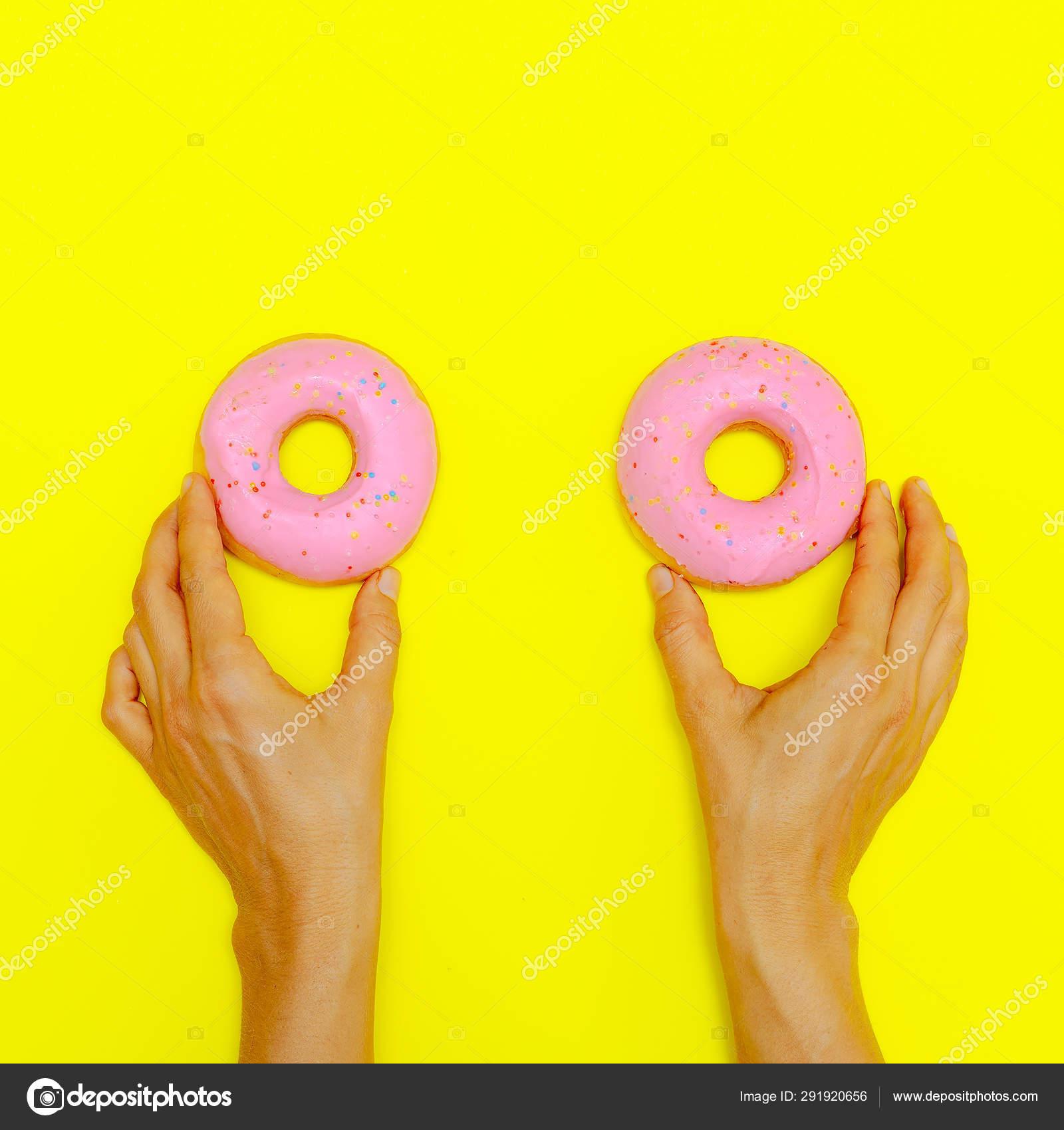 картинка розовый пончик на желтом фоне начальном