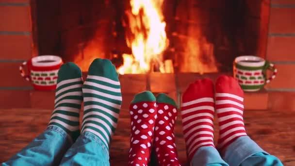 Šťastná rodina proti krb v době Vánoc