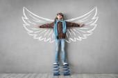 Šťastné dítě stojící na pružiny s křídly, úspěch, kreativní a myšlenkou koncepce