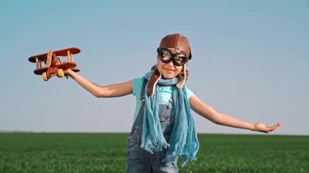 Šťastné dítě hraje s hračkou letadla letní obloha pozadí. Cestování a dovolená