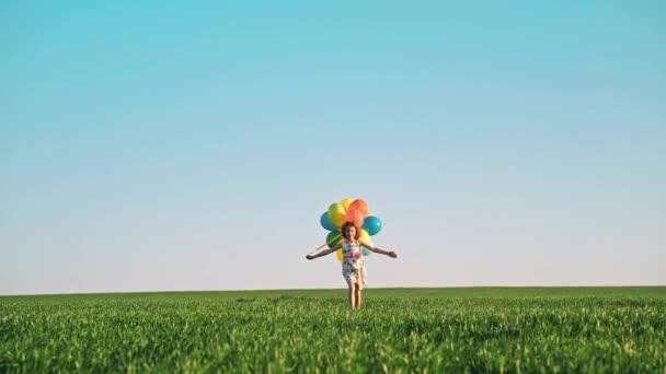 Dívka baví venkovní s barevnými balónky