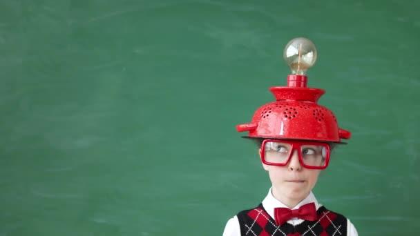 Porträt eines Kindes im Klassenzimmer. Kind mit Virtual-Reality-Headset im Unterricht. Erfolgs-, Ideen- und Innovationstechnologiekonzept. Zurück zur Schule