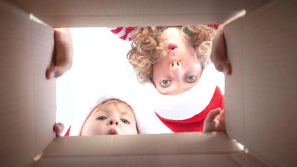 Překvapení děti rozbalit vánoční dárek