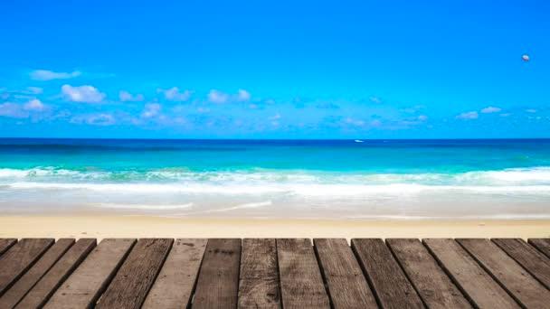 Plážové moře-perspektiva dřevěné terasy na terase při západu slunce. Grafický klip UHD 4k