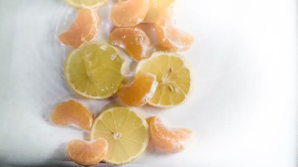frische Zitrusfrüchte in Wasser mit Tropfen