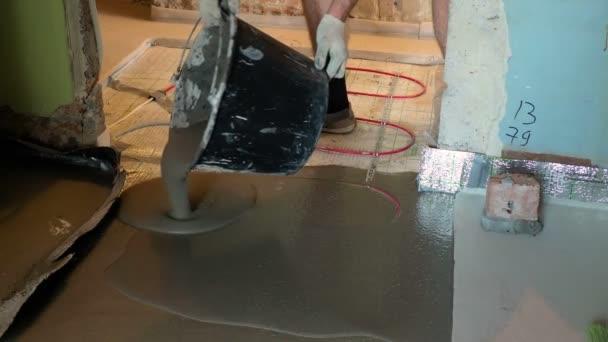 Männchen gießt Betonplatte auf Heizkabel