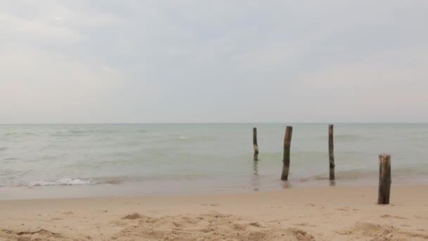 Malá holčička se bavit na pláži u moře