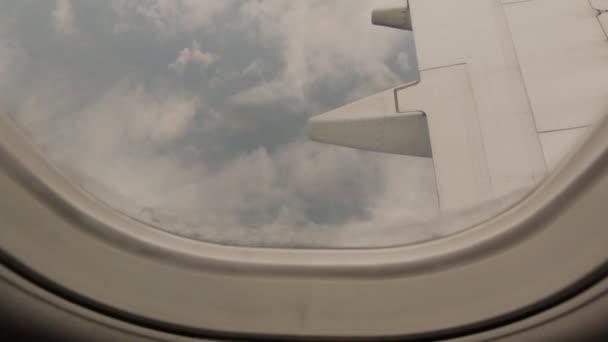 Země a mraky z okna letadla