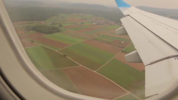 Křídlo letadla nad zemi
