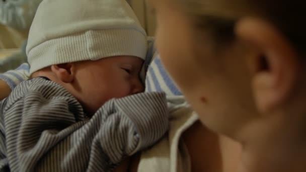 Mutter stillt Neugeborenen