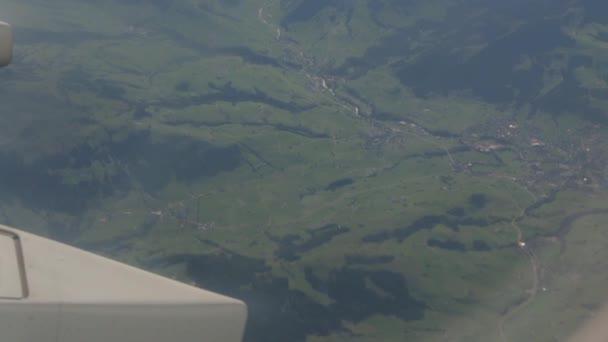 Zelený povrch a vesnice výhled z okna letadla Švýcarsko