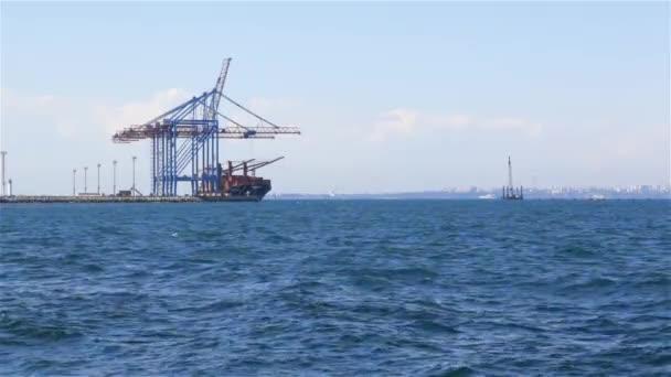 teherszállító hajó a kikötőben betöltése