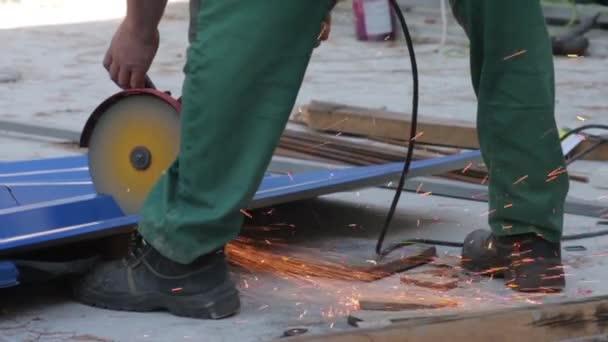 pracovník škrty kovový mlýnek