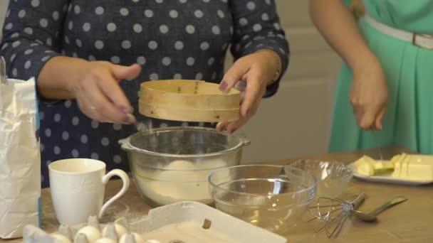 Ženy Cook mouka máslo
