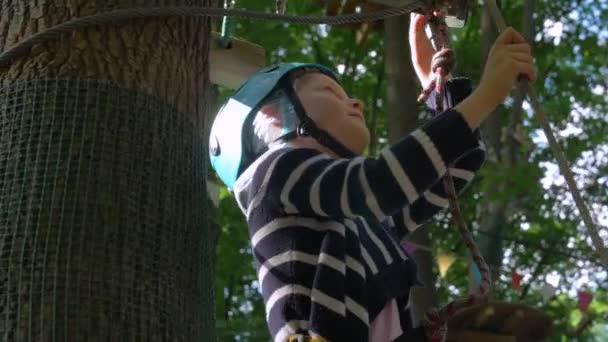 Malá holčička na lanové Park