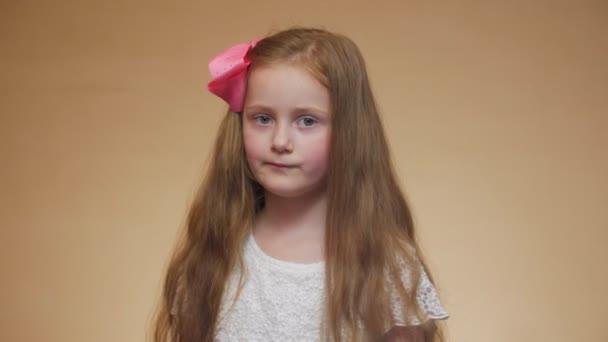 Portrét seriózní holčičky